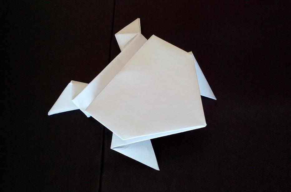 Лягушка оригами делает сальто