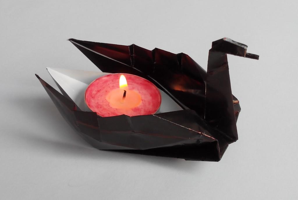 Плавающий красивый лебедь оригами